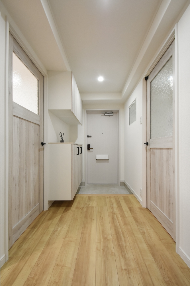 玄関ドアをダイノックシート張り、土間はフロアタイル仕上げ