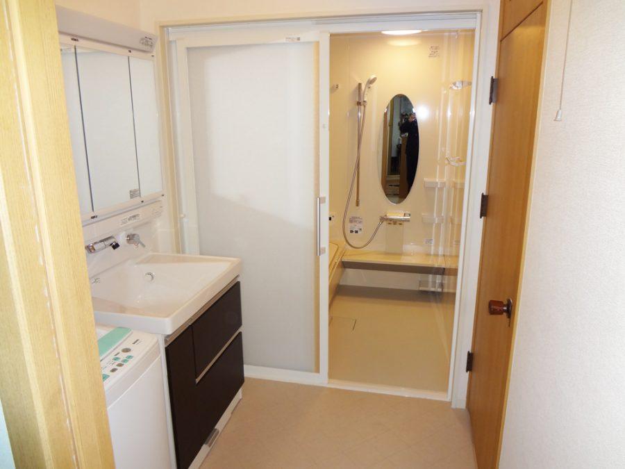 【洗面所】浴室へのドアが引き戸になって便利になりました。
