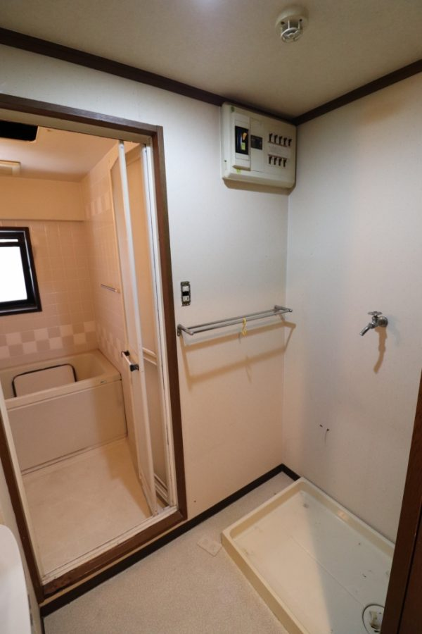 壁を撤去して造作棚などの収納スペースを確保
