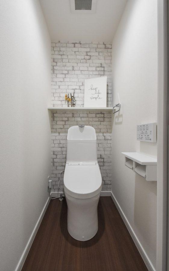 アクセントクロスが際立つ清潔なトイレ