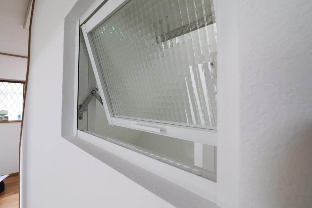 階段下収納も間取り変えて通風デコマド設置