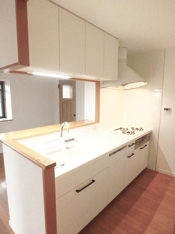 【台所】キッチン、水栓、レンジフードそれぞれ異なるメーカーを採用し、オリジナリティ豊かな空間に。レンジフードはクックフードルでスタイリッシュなキッチンに!