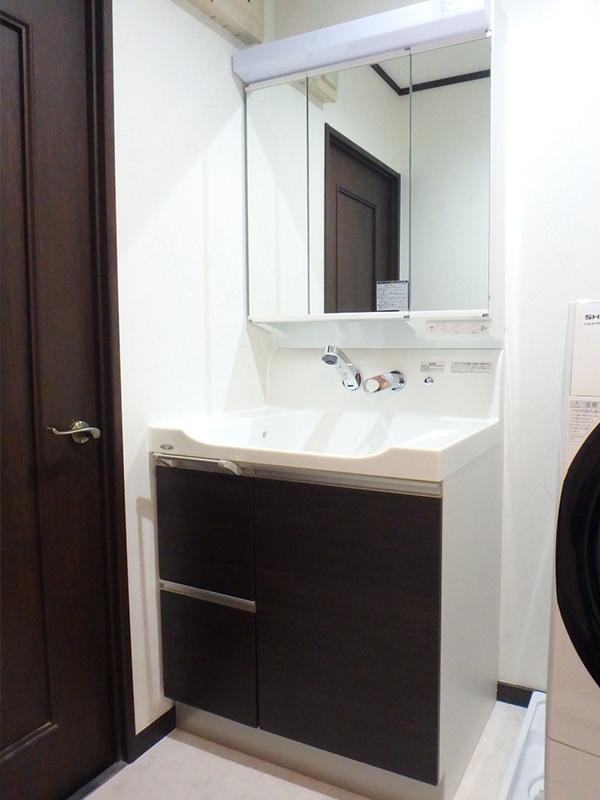 【洗面所】洗面台と洗濯機の間の壁を撤去して、圧迫感のないすっきりした洗面所になりました。
