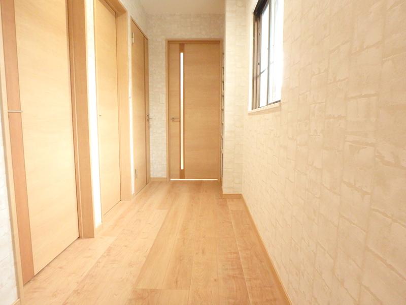 【廊下】全体的にクロスや床を張り替えたので、明るいイメージになりました。
