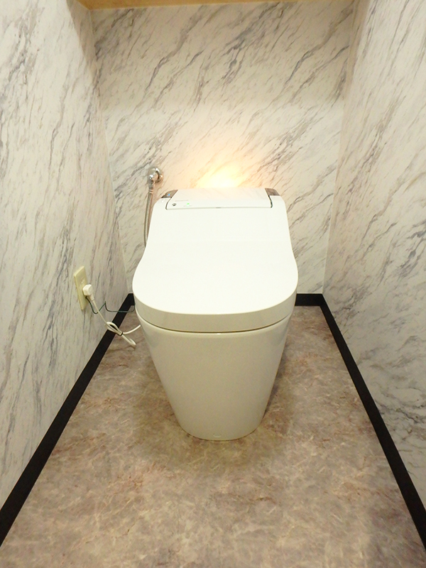 【トイレ】タンクレスで自動掃除付き。見た目も機能も高グレード。