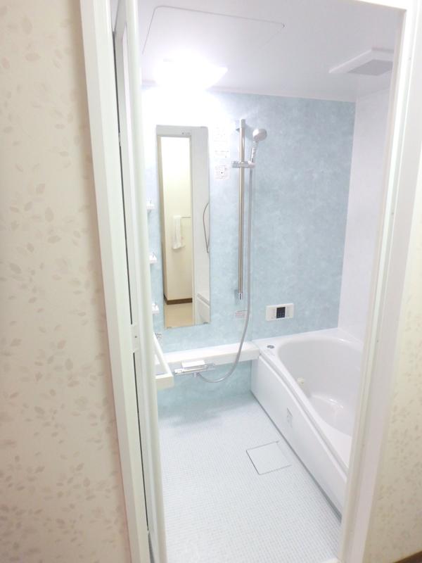 【浴室】爽やかなブルー系。落ち着けて長湯しそう…