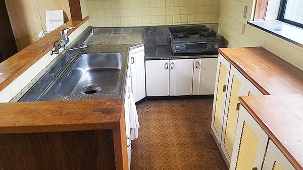 【台所】新しいキッチンで、お料理がより楽しくなりそう。リビング側にはニッチがあり、可愛い小物などを置くと楽しい空間ができそうですね。