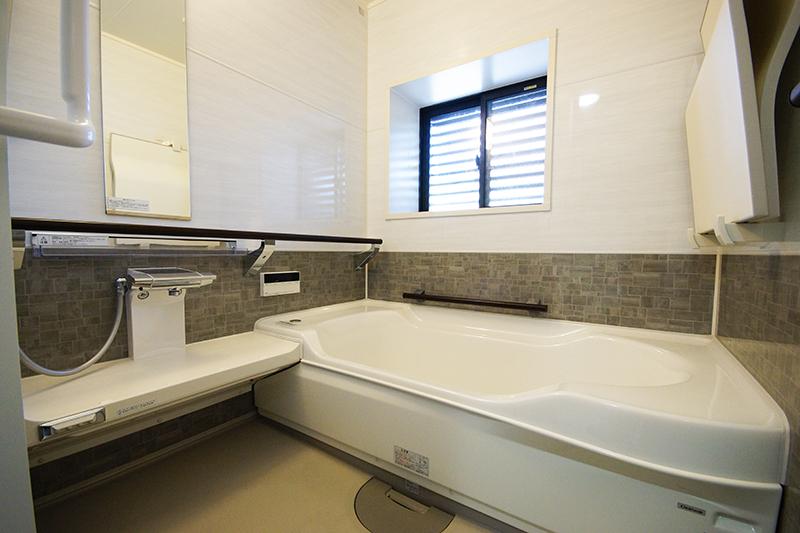【浴室】高断熱浴槽なので、温かなお湯が長く楽しめます。