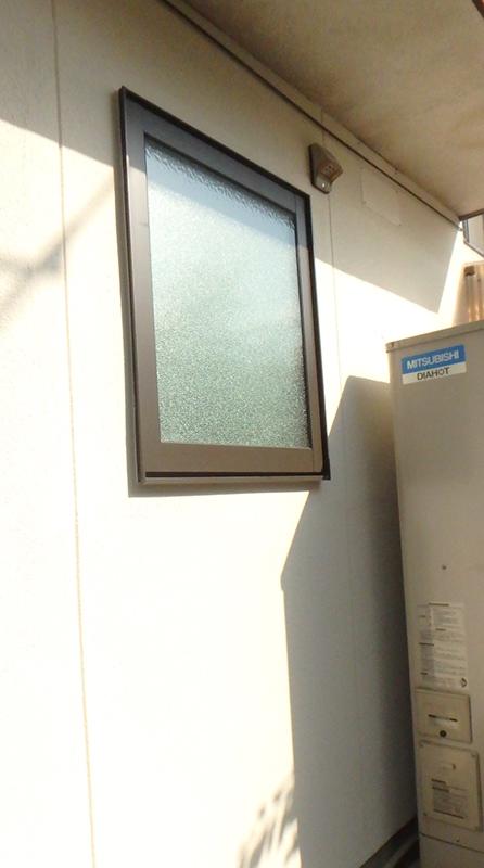 正面に幅広い窓があったため、ユニットバスを入れると鏡や収納棚が取り付けられませんでしたが、窓のサイズを変更。幅60cmくらいの縦すべりだしサッシも取替しました。