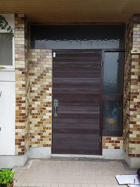 【玄関】木目サイディングを張り、重厚感ある玄関に。