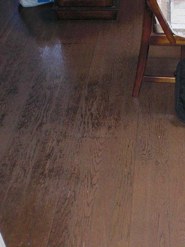 【フローリング】表面が傷んだ床もこの通りツルツルに!ワックスがけも不要ですよ。