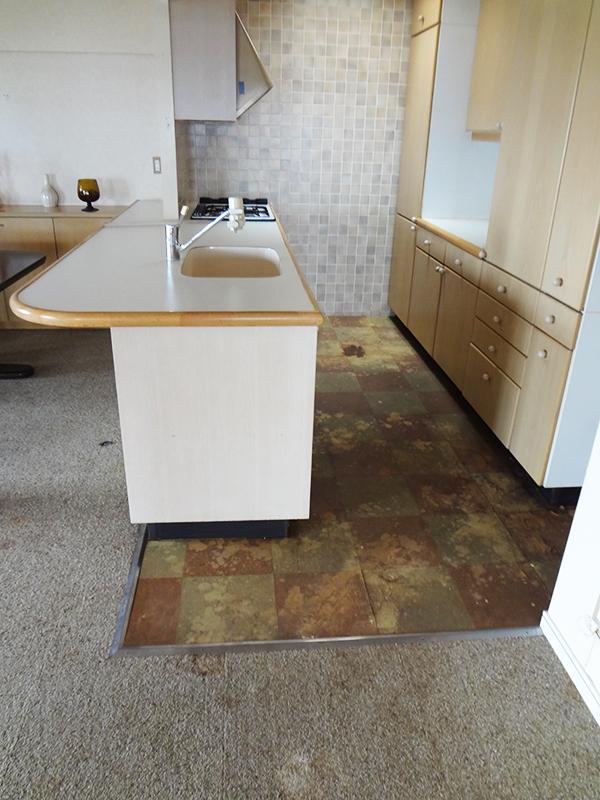 【キッチン】キッチン部は防水シート素材。色もメリハリを付けてオシャレに。