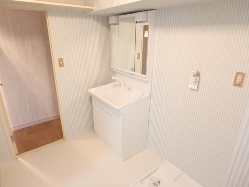 【洗面所】設備やクロスを新しくして、清潔感のある空間へ。