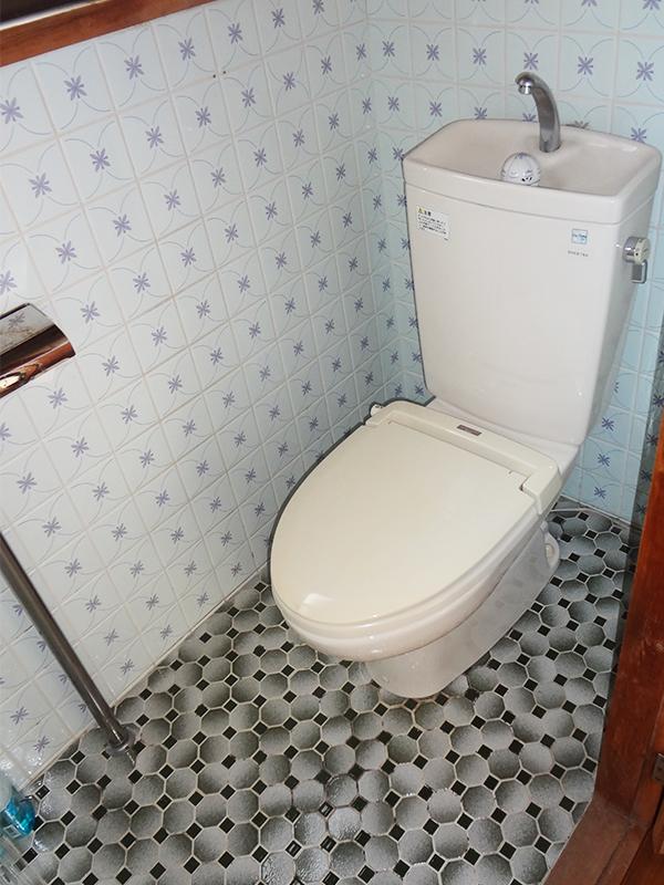 【トイレ】節水型のオート開閉付きトイレでちょっと贅沢なトイレ空間。